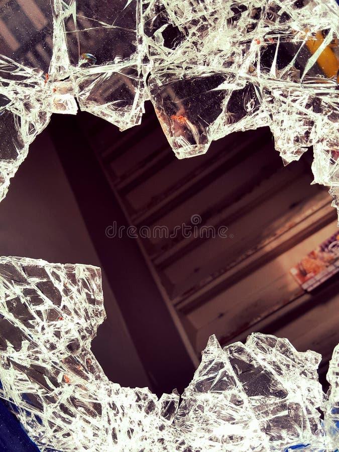 slagit fönster arkivbilder