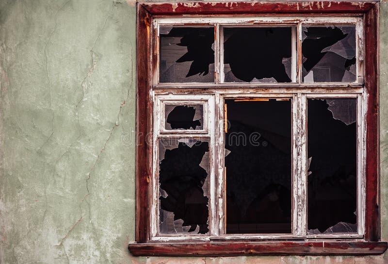 Slagit glass fönster med den gamla träramen royaltyfria bilder