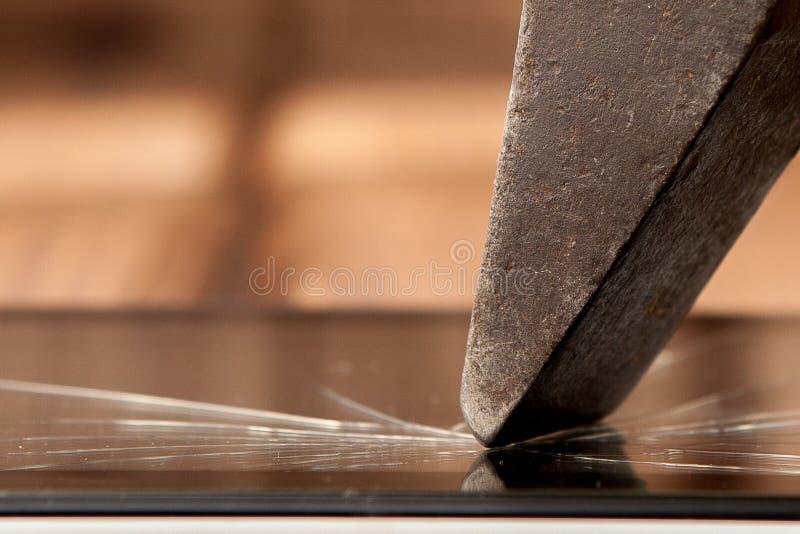 Slagit skärm vandaliserat brutet exponeringsglasslut upp med hammaren arkivbilder