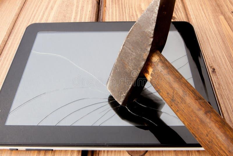 Slagit skärm vandaliserat brutet exponeringsglasslut upp med hammaren royaltyfria foton