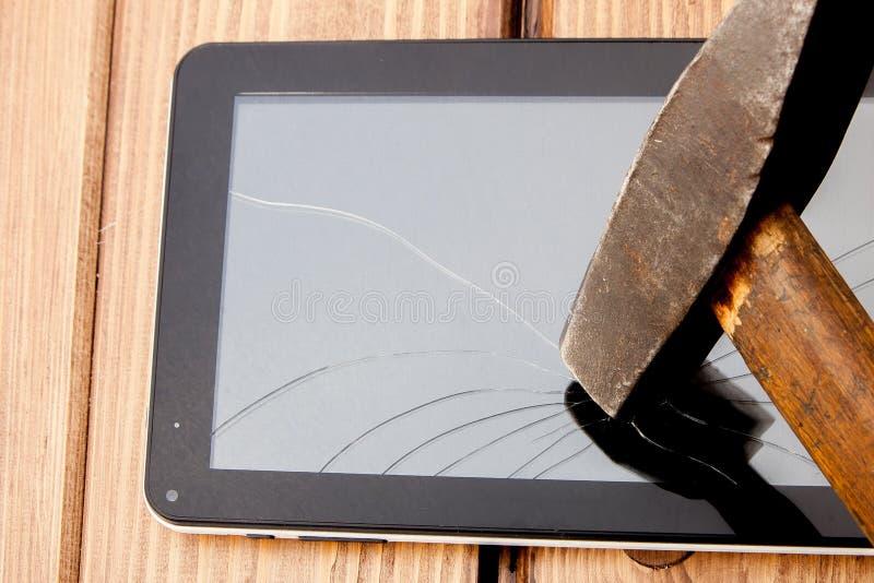 Slagit skärm vandaliserat brutet exponeringsglasslut upp med hammaren fotografering för bildbyråer