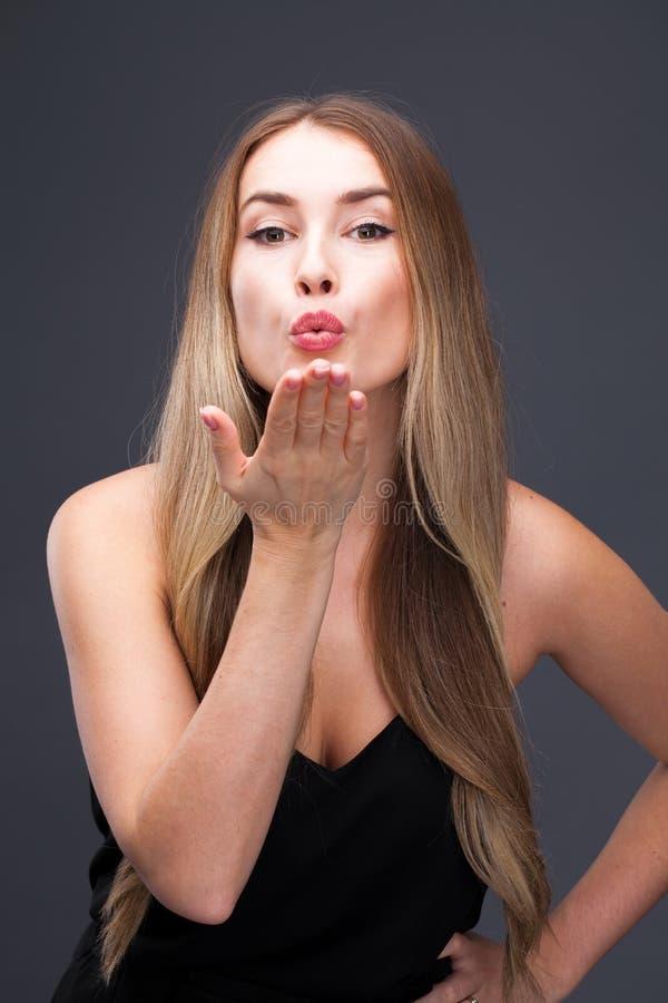 Slagkyss, ung caucasian blond kvinna arkivfoton