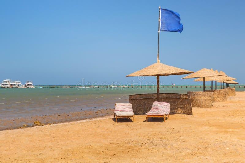 Slags solskydd på stranden av Röda havet i Hurghada royaltyfri fotografi
