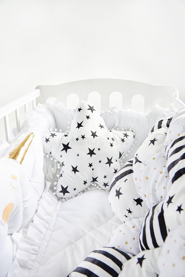 Slags tvåsittssoffa behandla som ett barn kåtan med stjärnan formade kudde- och patchworknappfilten med stjärnor och svärtar band royaltyfria bilder