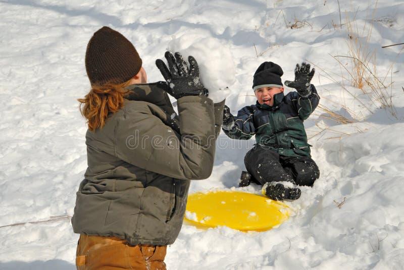 slagsmål kastar snöboll arkivbild
