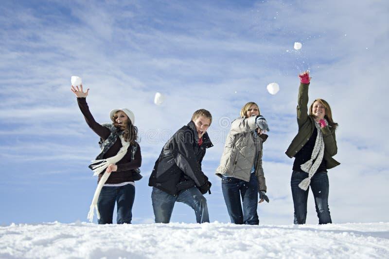 slagsmål kastar snöboll royaltyfria bilder