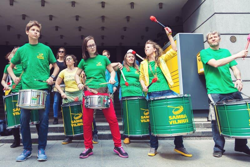 Slagverkmusikband som utför på gatan i Vilnius royaltyfri foto