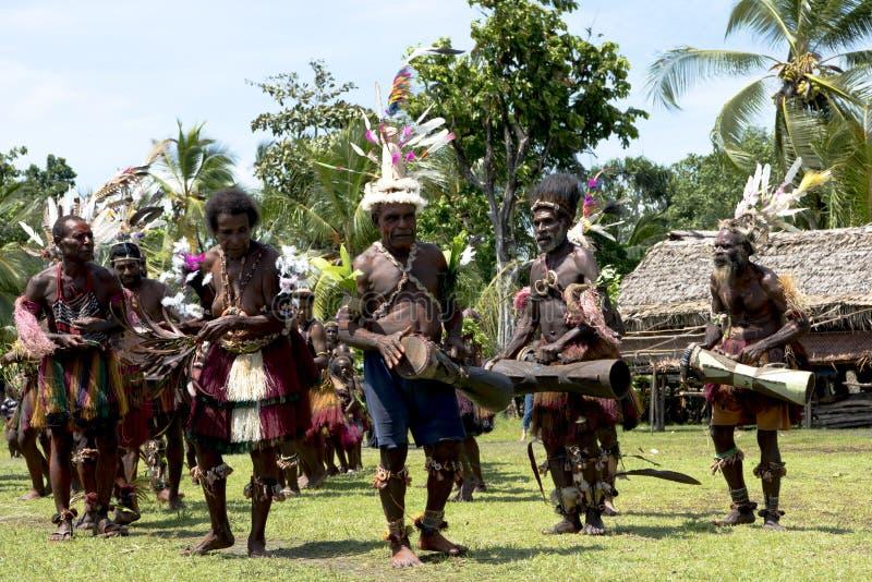 Slagwerker en danser Papua New Guinean stock foto