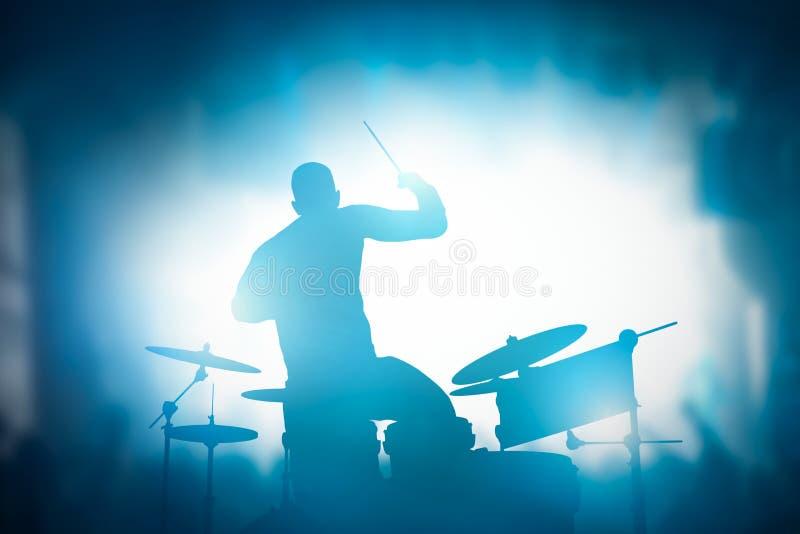 Slagwerker het spelen op trommels op muziekoverleg Clublichten royalty-vrije stock afbeeldingen