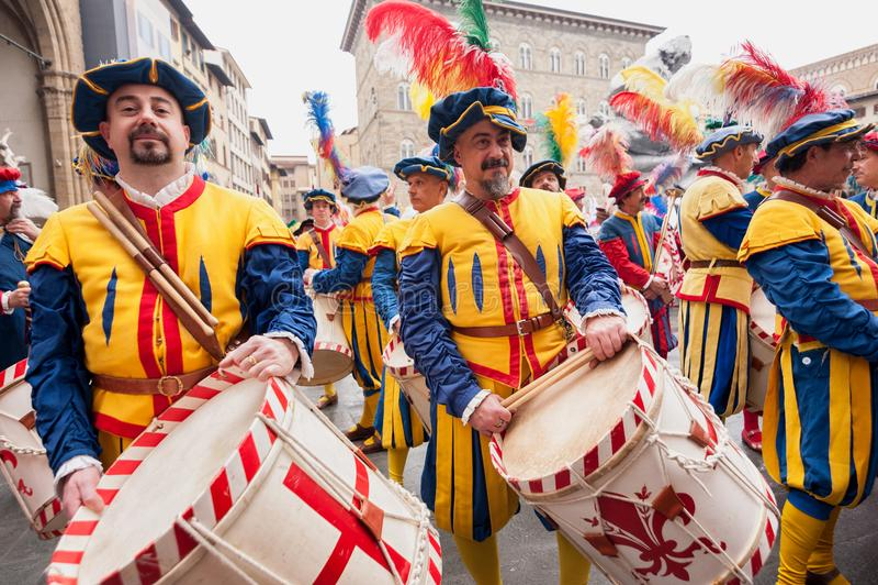 Slagwerkerparade door de straten van Florence stock afbeelding