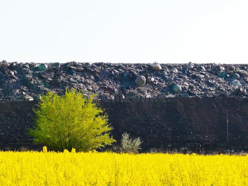 Slakkenstortplaats, metallurgisch slakken, as en slakkenafval Afvalverwijdering en slakken-bevattend metallurgisch afval, residu' royalty-vrije stock afbeeldingen