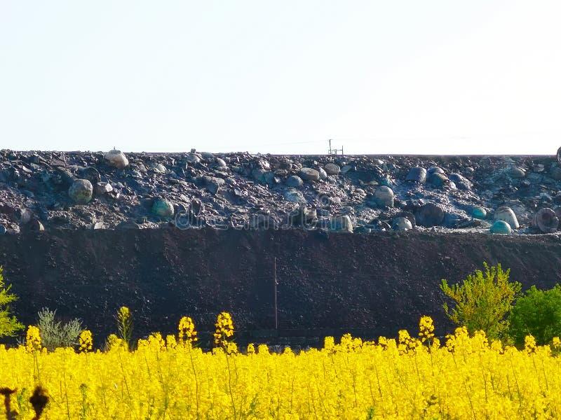 Slakkenstortplaats, metallurgisch slakken, as en slakkenafval Afvalverwijdering en slakken-bevattend metallurgisch afval, residu' royalty-vrije stock foto