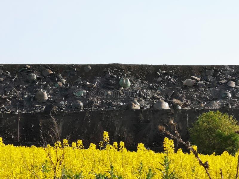 Slakkenstortplaats, metallurgisch slakken, as en slakkenafval Afvalverwijdering en slakken-bevattend metallurgisch afval, residu' royalty-vrije stock fotografie
