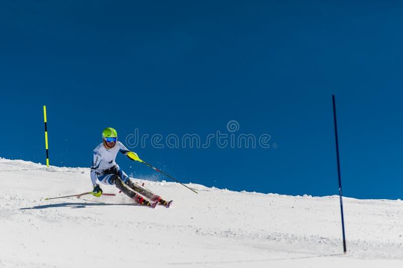 Slalomskidåkare i Gudauri, Georgia arkivfoto