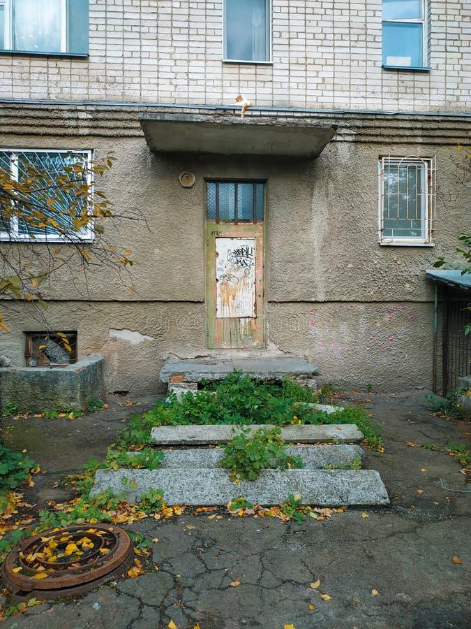 slamsy biedny drewniany drzwi w backstreet jardzie getto zdjęcia stock