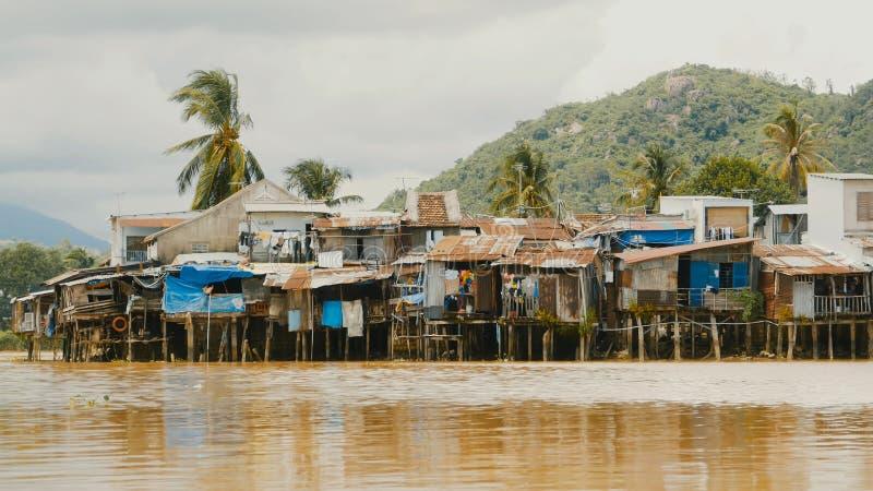 Slamsy w Nha Trang mieści rzekę Wietnam fotografia stock
