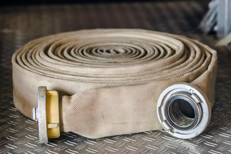 Slangen van brandbestrijders royalty-vrije stock afbeelding