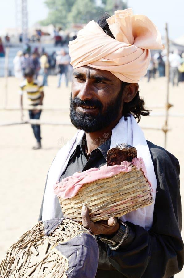 Slangenbezweerder bij de markt van Pushkar cattel, Rajasthan, India stock afbeelding