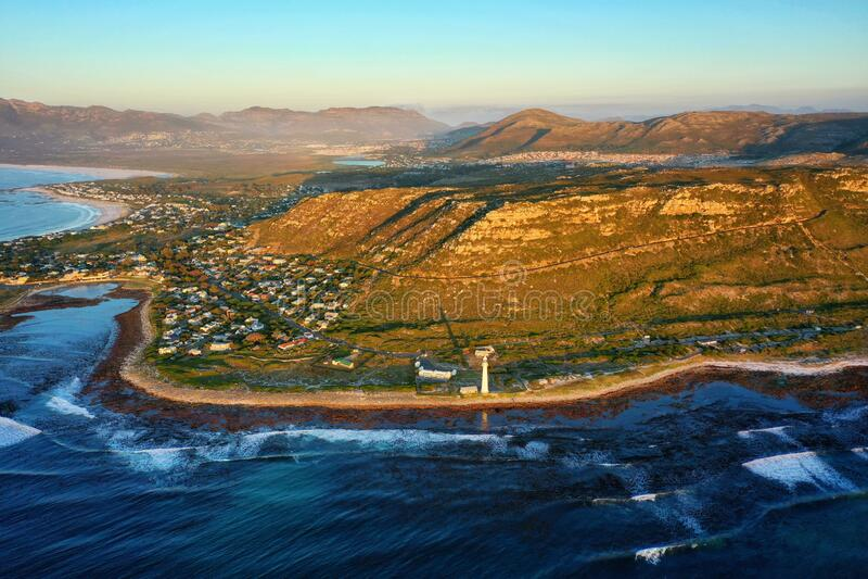 Slangkop Lighthouse e Kommetjie Coast Line fotografia de stock royalty free