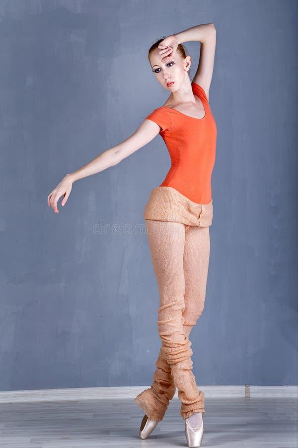 Slank ballerina som repeterar dans arkivbilder