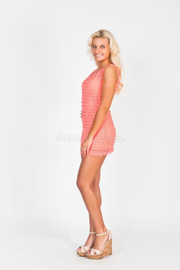 Slank blonde in mooie roze kleding royalty-vrije stock foto's