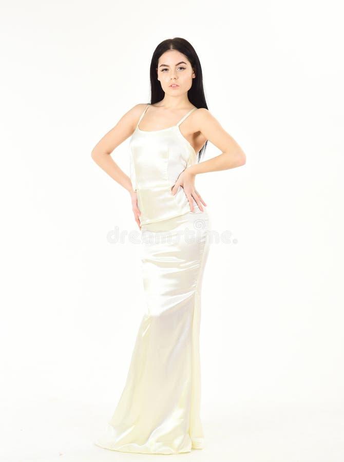 Slank en geschikt concept De dame op kalm gezicht draagt dure modieuze avondjurk Mannequin met slank cijfer zoals royalty-vrije stock afbeeldingen