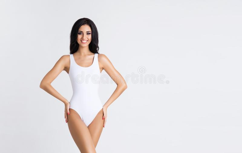 Slank en jong meisje met mooi en geschikt lichaam Vrouw in Zwempak Sport, dieet, gezondheids en schoonheidsconcept royalty-vrije stock afbeeldingen