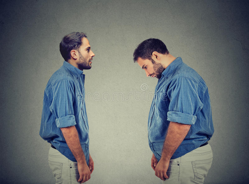 Slank grabb som ser den feta mannen själv Banta det primaa begreppet royaltyfria bilder