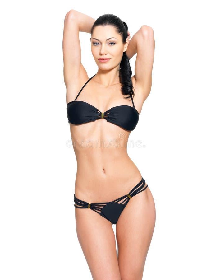 Slank lichaam van jonge vrouw in zwarte bikini stock afbeeldingen