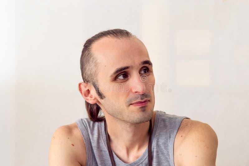 Slank man för Caucasian med stilfullt hår som bort ser royaltyfri bild