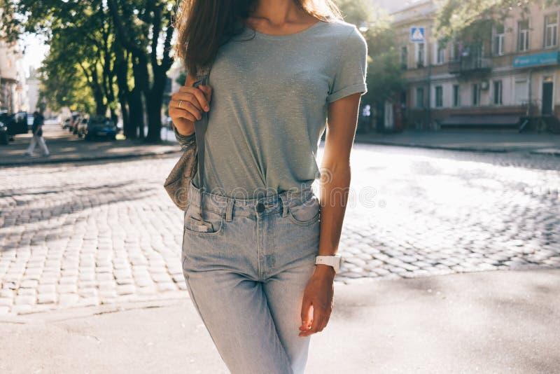 Slank meisje in jeans en T-shirts stock afbeelding