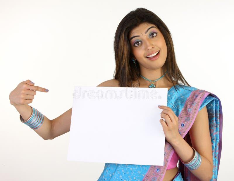 slank meisje in Sari die wit aanplakbiljet houdt stock fotografie