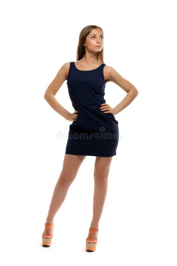 Slank nätt flicka i en kort klänning royaltyfri bild