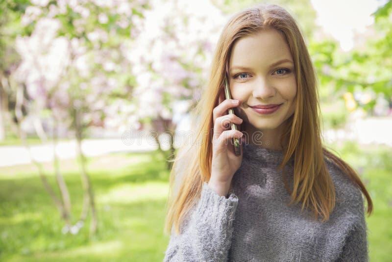 Slank ung kvinna för härlig röd håringefära med ny hud i ca arkivfoto