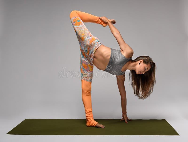 Slank yogaflicka royaltyfri bild