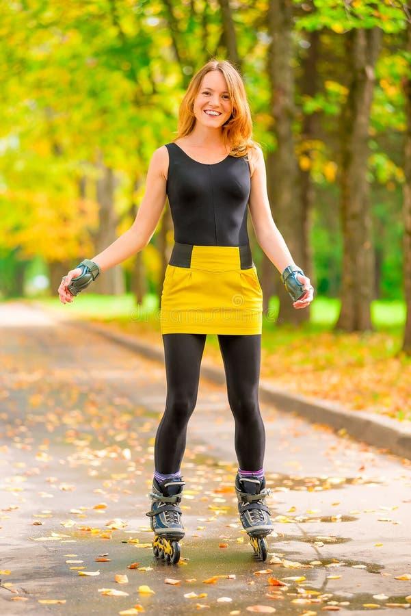 Slanka flickor för hobbygyckel - åka skridskor för rulle royaltyfri bild