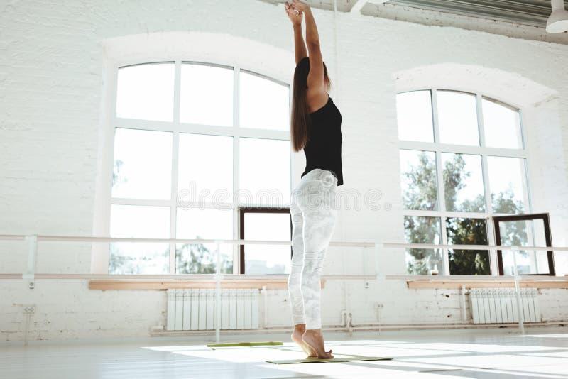 Slanke sportvrouw opleiding voor het houden van perfect lichaam stock afbeelding