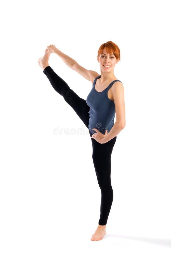Slanke Vrouw die Oefening van de Yoga van het Been de Uitrekkende doet stock afbeelding