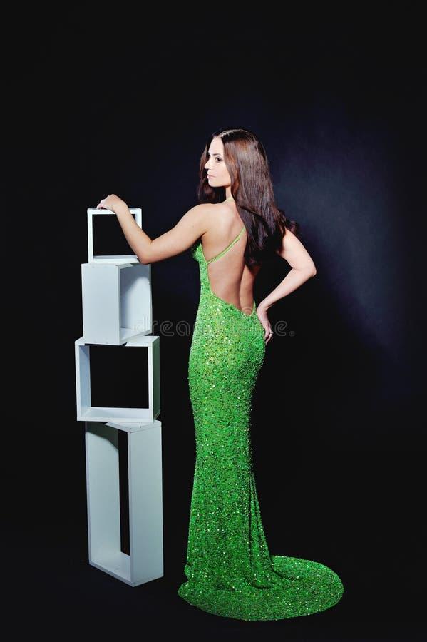 Slanke vrouw in een groene cocktailkleding stock fotografie