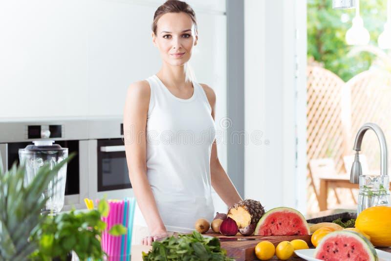 Slanke vrouw in moderne keuken royalty-vrije stock afbeeldingen
