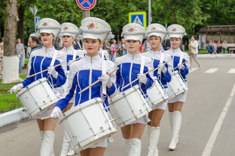 Slantsy, область Ленинграда, Россия, 30-ое июля 2016: Барабанщики девушек в военной форме на дне рождения th фестиваля 89 Leningr стоковое изображение
