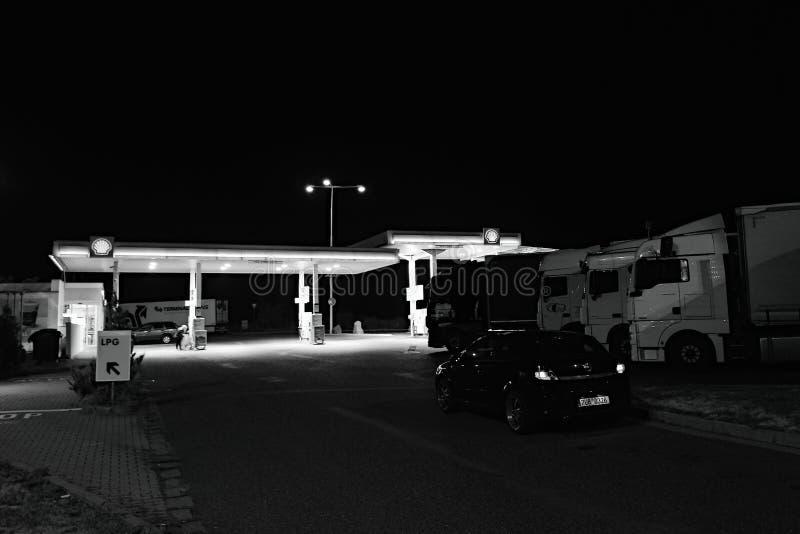 Slany, Tsjechische republiek - 11 Augustus, 2018: Shell-benzinestation met geparkeerd Opel Astra H en camions in voorgrond tijden stock foto