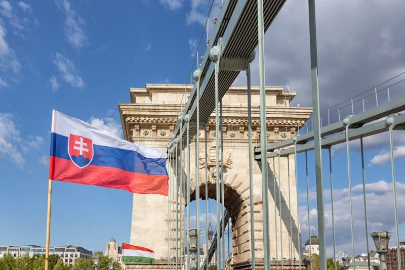 Slaovak und ungarische Flagge an der Kettenbrücke Budapest, Ungarn stockfotografie