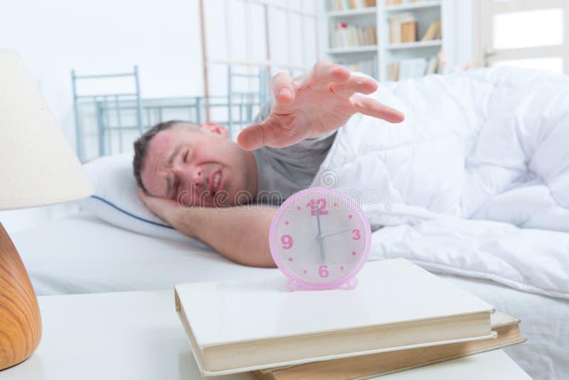 Slapeloze Mens in Bed royalty-vrije stock foto