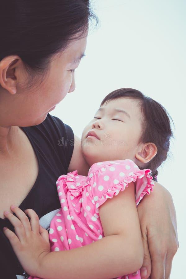 Slaperig weinig Aziatisch kind met mamma, gelukkig familieconcept moeder royalty-vrije stock afbeelding