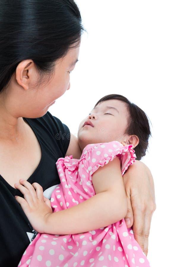 Slaperig weinig Aziatisch kind met mamma, gelukkig familieconcept moeder stock fotografie