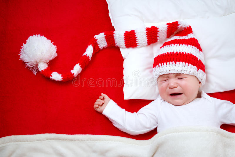 Slaperige baby op rode deken royalty-vrije stock foto