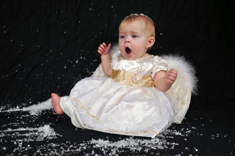 Slaperige engel in de sneeuw royalty-vrije stock fotografie