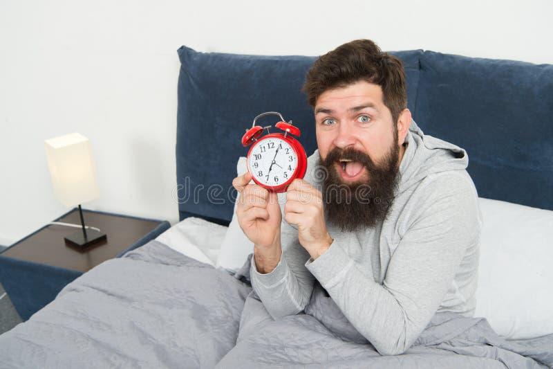 Slaperige het gezichtsontwaken van mensen gebaarde hipster Dagelijks programma voor gezonde levensstijl Opnieuw ongelukkig in och stock fotografie