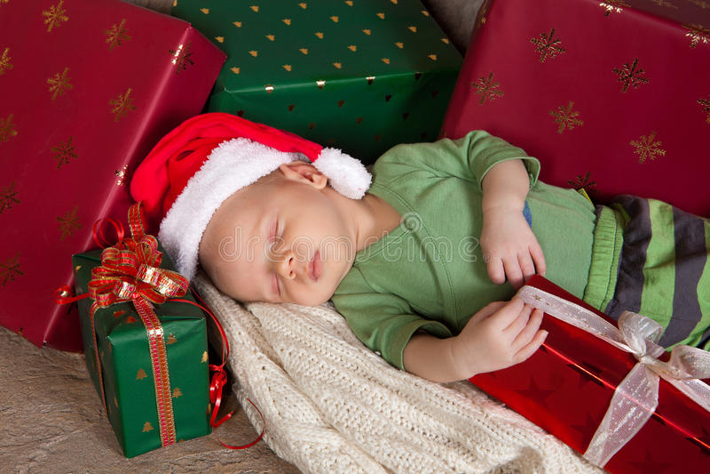 Slaperige Kerstmisbaby stock foto's